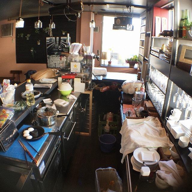 カウンター内部には製氷機、恒温冷蔵庫、作業台、シンクなどが並ぶ
