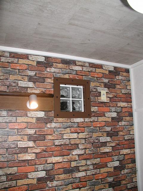 子供室:換気扇だった所をガラスブロックで明り取り
