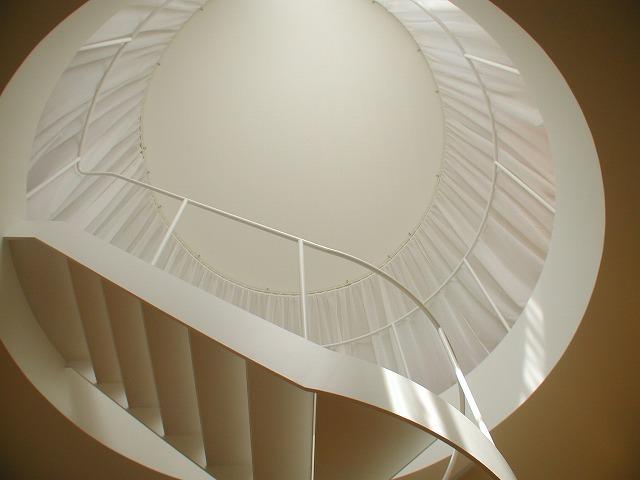 チューブ状、らせん階段、傾斜天井の変形カーテン